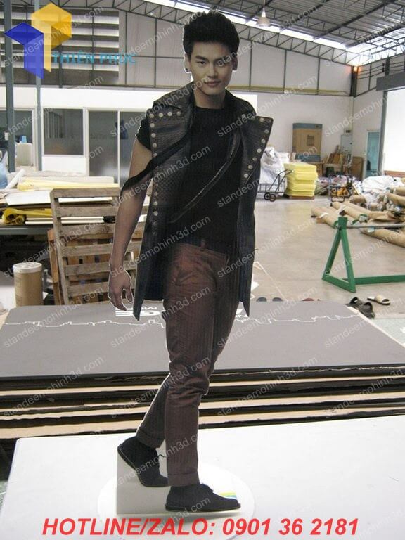 lam standee khung sat 3d