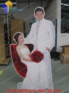 standee mo hinh co dau chu re